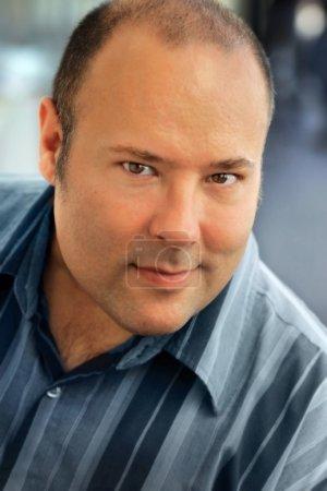 Photo pour Portrait rapproché d'un bel homme en chemise bleue - image libre de droit