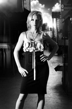 Photo pour Portrait de mode noir et blanc dramatique d'un modèle féminin avec un éclairage saisissant dans un environnement urbain - image libre de droit