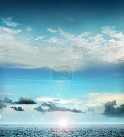 Photo pour Bel océan avec flare ciel et soleil - image libre de droit