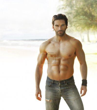 Foto de Retrato de un hombre sin camisa hermoso en jeans relajantes fuera - Imagen libre de derechos
