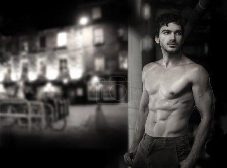 Photo pour Beaux-arts noir et blanc photo d'un jeune musclé sensuel modèle masculin sexy - image libre de droit