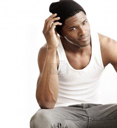Photo pour Portrait studio d'un beau jeune homme noir sur fond neutre avec espace de copie - image libre de droit