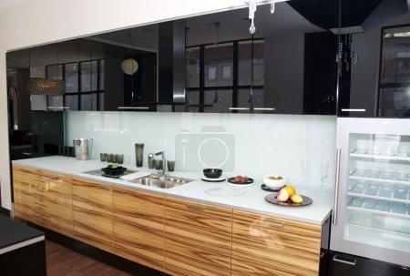 Photo pour Cuisine américaine avec réfrigérateur top - image libre de droit