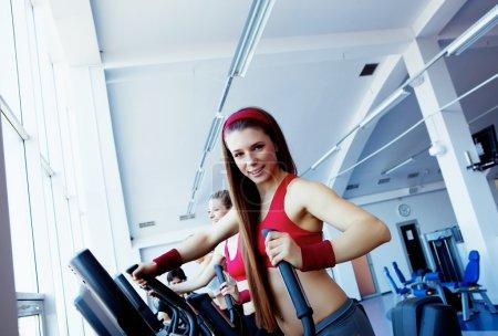 Foto de Mujer las manos en la máquina en el gimnasio de seguimiento - Imagen libre de derechos