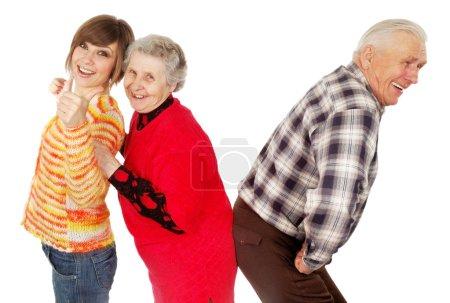 Heureux grands-parents et petite-fille jouer à l'idiot