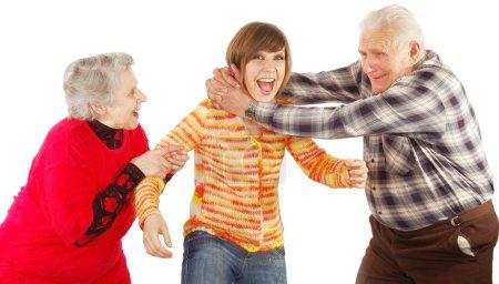 Heureux grands-parents et petite-fille jouer