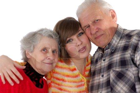 heureux grands-parents et petite-fille regardant caméra