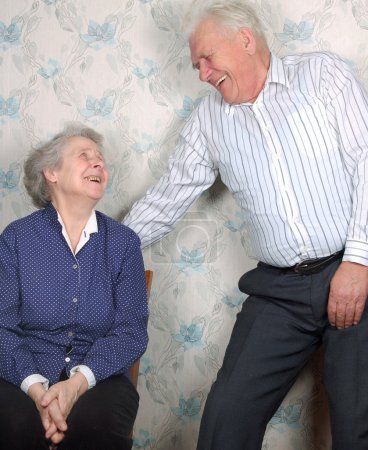 Foto de Pareja feliz reír hasta que se llora - Imagen libre de derechos