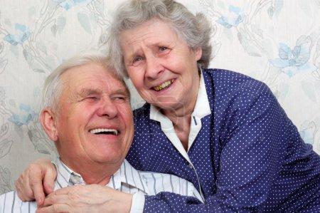Foto de Retrato de feliz viejo par risa hasta uno llora - Imagen libre de derechos