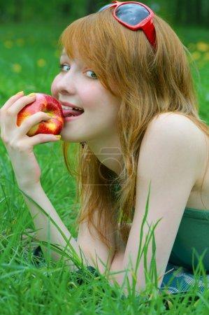 Jolie fille avec pomme