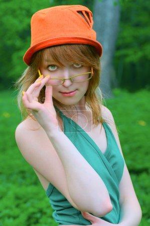 Belle fille dans des lunettes