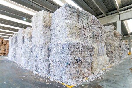 Photo pour Colonnes de papier empilé prêtes à être recyclées - image libre de droit