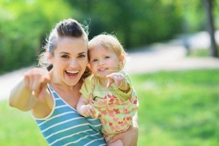Photo pour Heureuse mère et bébé pointant à huis clos - image libre de droit