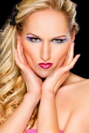 Photo pour Portrait de femme avec le maquillage extravagant. retouchées - image libre de droit