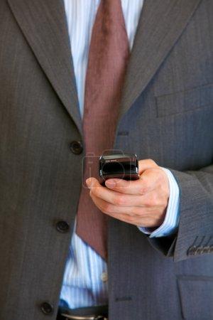 Photo pour Téléphone portable dans la main de l'homme. Communication mobile. Gros plan . - image libre de droit