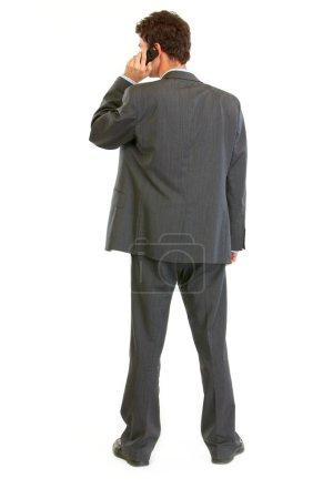 Photo pour Homme d'affaires moderne debout derrière la caméra et parler mobile - image libre de droit