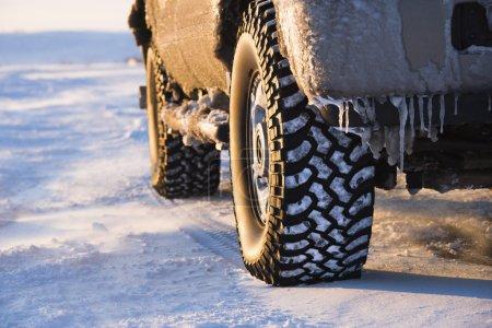 Photo pour Gros plan d'un camion sur la route de couvert de glace. - image libre de droit