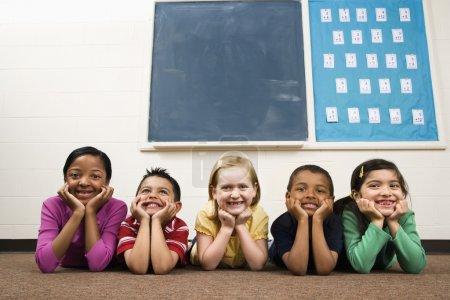 Photo pour Jeune groupe d'étudiants, située à l'étage dans la salle de classe. tir encadrées horizontalement. - image libre de droit