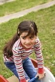 jeune fille jouant sur l'aire de jeux