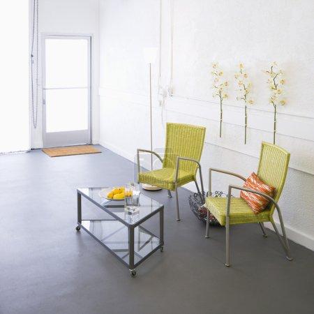 Photo pour Chambre moderne avec fauteuils et table basse. - image libre de droit