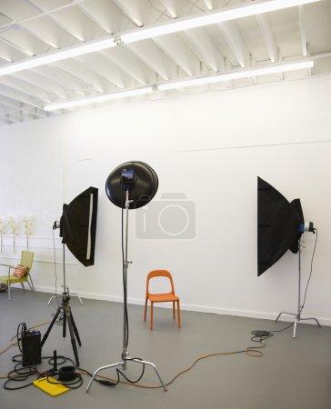 Photo pour Photo studio de lumières photographiques visant à la chaise en plastique rouge . - image libre de droit