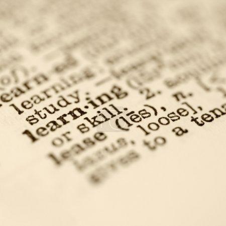 Photo pour Concentration sélective de la définition du dictionnaire pour l'apprentissage du mot . - image libre de droit