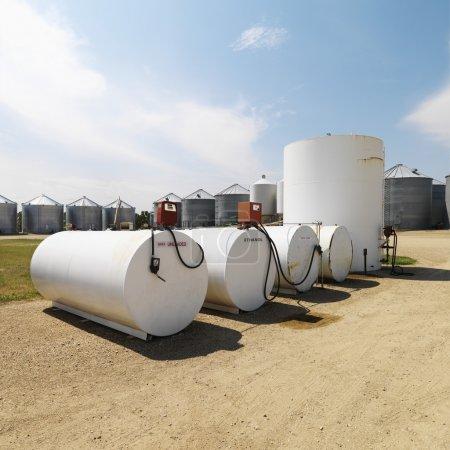 Photo pour Réservoirs de carburant étiquetés sans plomb et éthanol et pompes . - image libre de droit