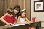 famille à faire leurs devoirs