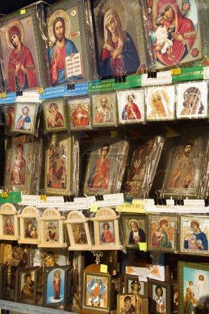 Photo pour Cadeaux et cartes présentant des œuvres religieuses russes. Plan vertical . - image libre de droit