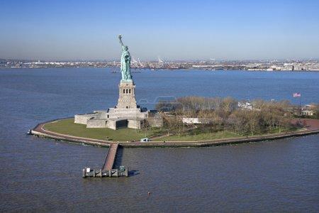 Photo pour Vue aérienne de Liberty Island et Statue de la Liberté . - image libre de droit