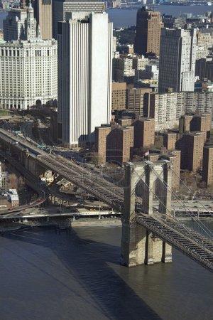 Photo pour Vue aérienne du pont de brooklyn avec bâtiments de chinatown et de la ville de new york. - image libre de droit