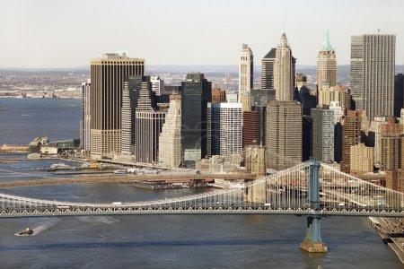 Photo pour Vue aérienne du pont de manhattan de new york city avec brooklyn bridge et manhattan bâtiments en arrière-plan. - image libre de droit