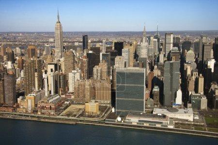 Photo pour Vue aérienne des bâtiments de manhattan east river et de midtown à new york city. - image libre de droit