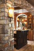 Kamenný oblouk v hojnosti domů