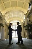 deux hommes d'affaires, se serrant la main