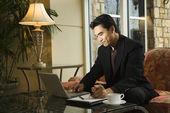 jeune homme d'affaires à l'aide d'ordinateur portable