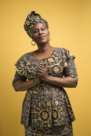 Photo pour Afro-Américaine adulte mature en robe africaine . - image libre de droit
