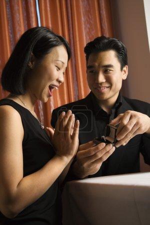 séduisante jeune couple se fiancer