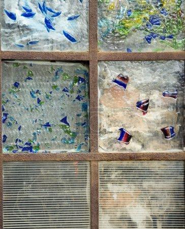 Photo pour Gros plan vue recadrée des vitraux. Plan vertical . - image libre de droit