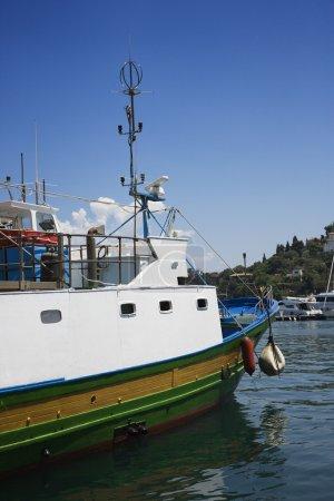 Photo pour Vue latérale du bateau de pêche. - image libre de droit