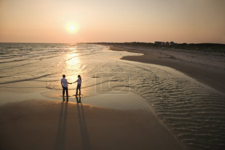Photo pour Vue aérienne de standing couple romantique sur l'exploitation de la plage les mains sur l'île de la tête chauve, Caroline du Nord. - image libre de droit