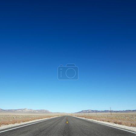 Autobahn in Richtung Horizont.