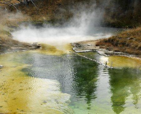Foto de Colorido depósitos minerales en la cuenca del géiser en el Parque Nacional de yellowstone, wyoming - Imagen libre de derechos
