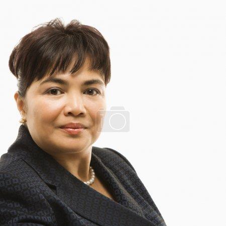 Photo pour Portrait de tête et des épaules d'une femme d'affaires d'âge mûr philippin sur fond blanc. - image libre de droit