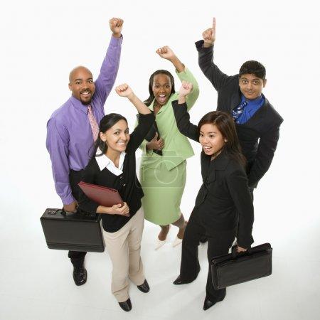 Photo pour Portrait de groupe des affaires multi-ethniques permanent exploitation serviettes et les acclamations. - image libre de droit