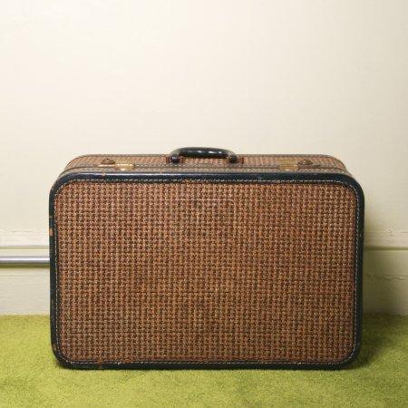 Photo pour Nature morte de valise rétro marron sur tapis vert . - image libre de droit