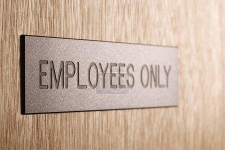 Photo pour Employés seulement signent sur porte en bois. - image libre de droit