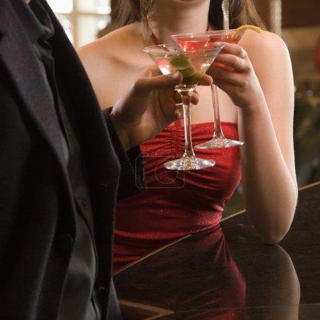 Photo pour Taïwanaise mi-adulte femme et homme caucasien griller martinis . - image libre de droit