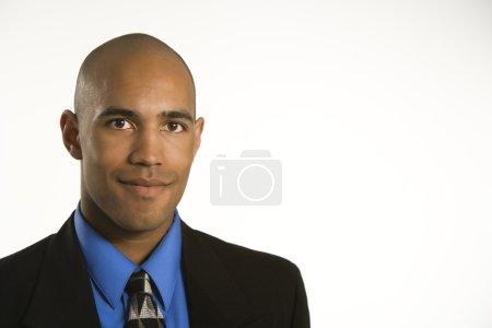 Photo pour Portrait de tête et des épaules d'afro-américain en costume. - image libre de droit