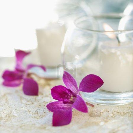 Kerzen und Orchideen angezündet.